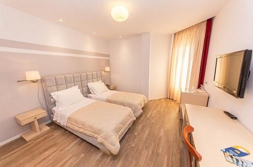 ... Einem Doppelbett Ausgestattet Und Ist Ideal Für Ein Paar Oder Für Zwei  Freunde. Das Zimmer Verfügt über Keinen Balkon Und Bietet Ein Modernes  Design An.