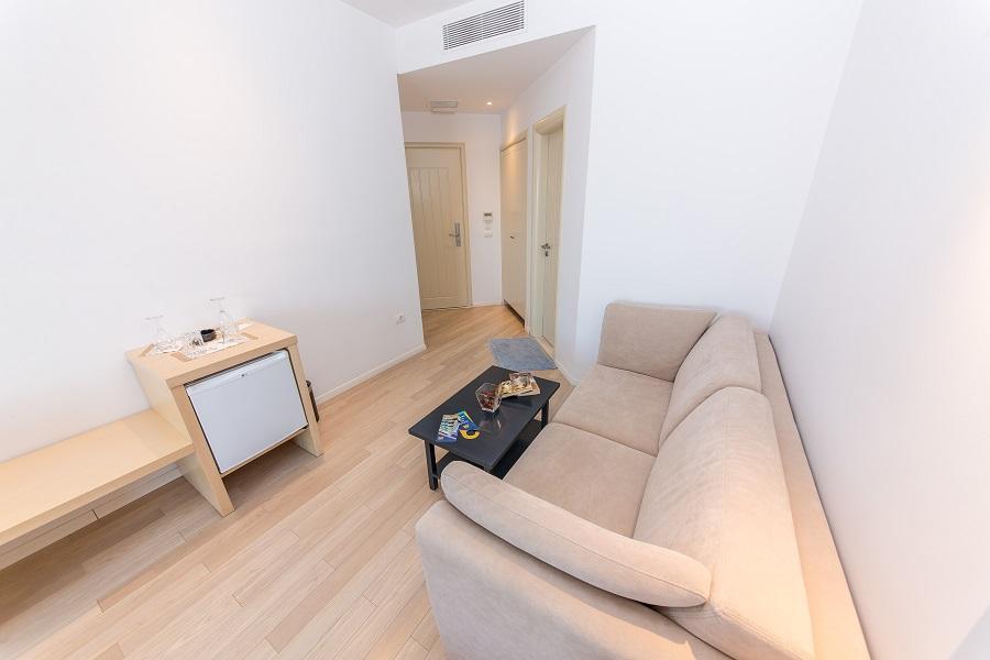 Das Zimmer Ist Mit Einem Doppelbett Ausgestattet Und Ist Ideal Für Ein  Paar. Dieses Zimmer Verfügt über Ein Modernes Design Und Ist Mit Stil Und  Eleganz ...